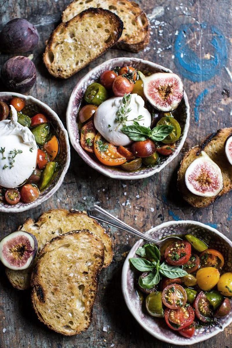 Inspiración comida, burrata con tomates y aceite de oliva