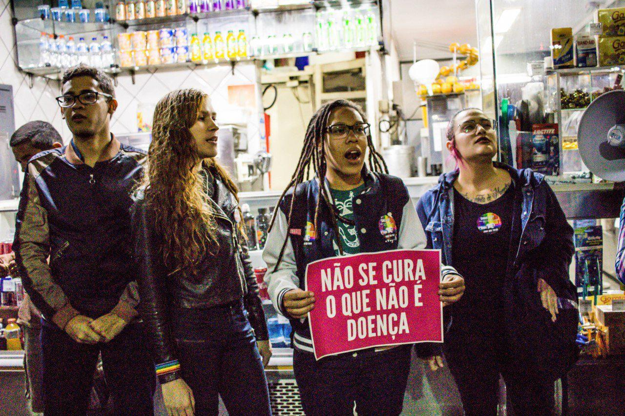 Ativistas LGBT protestam em Brasília contra decisão que permite 'cura gay'