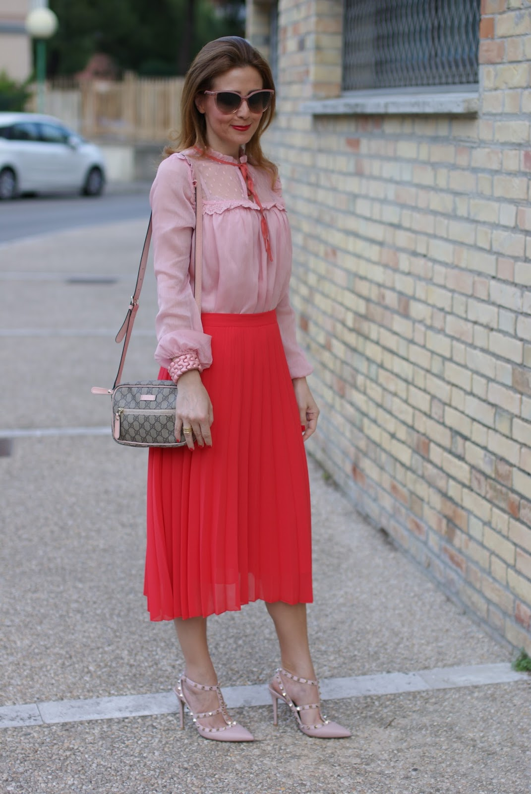 Gucci inspired outfit SS16 with low cost clothes, red pleated midi skirt and chiffon and lace pink shirt on Fashion and Cookies fashion blog, fashion blogger style