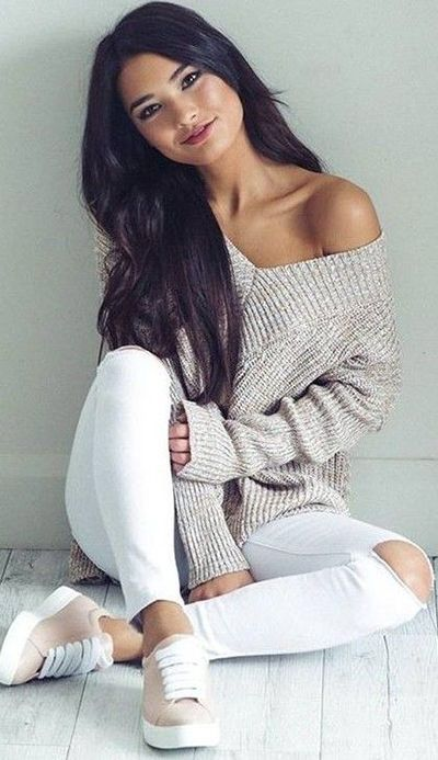 fall fashion trends / oversized sweater + white rips + sneakers