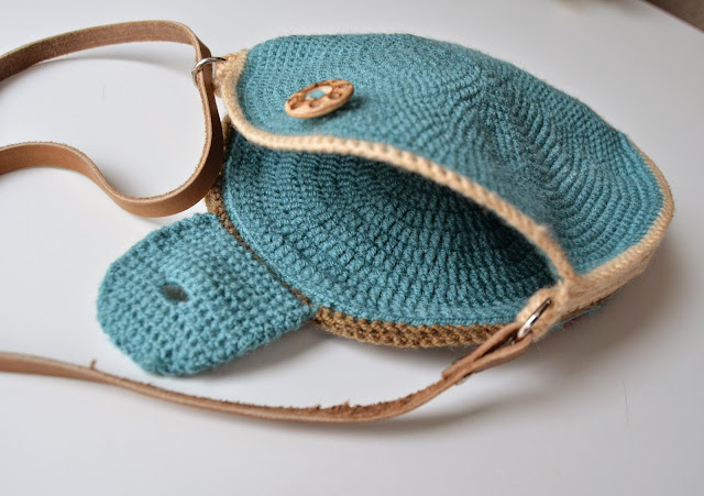 Round bag with crocheted lining