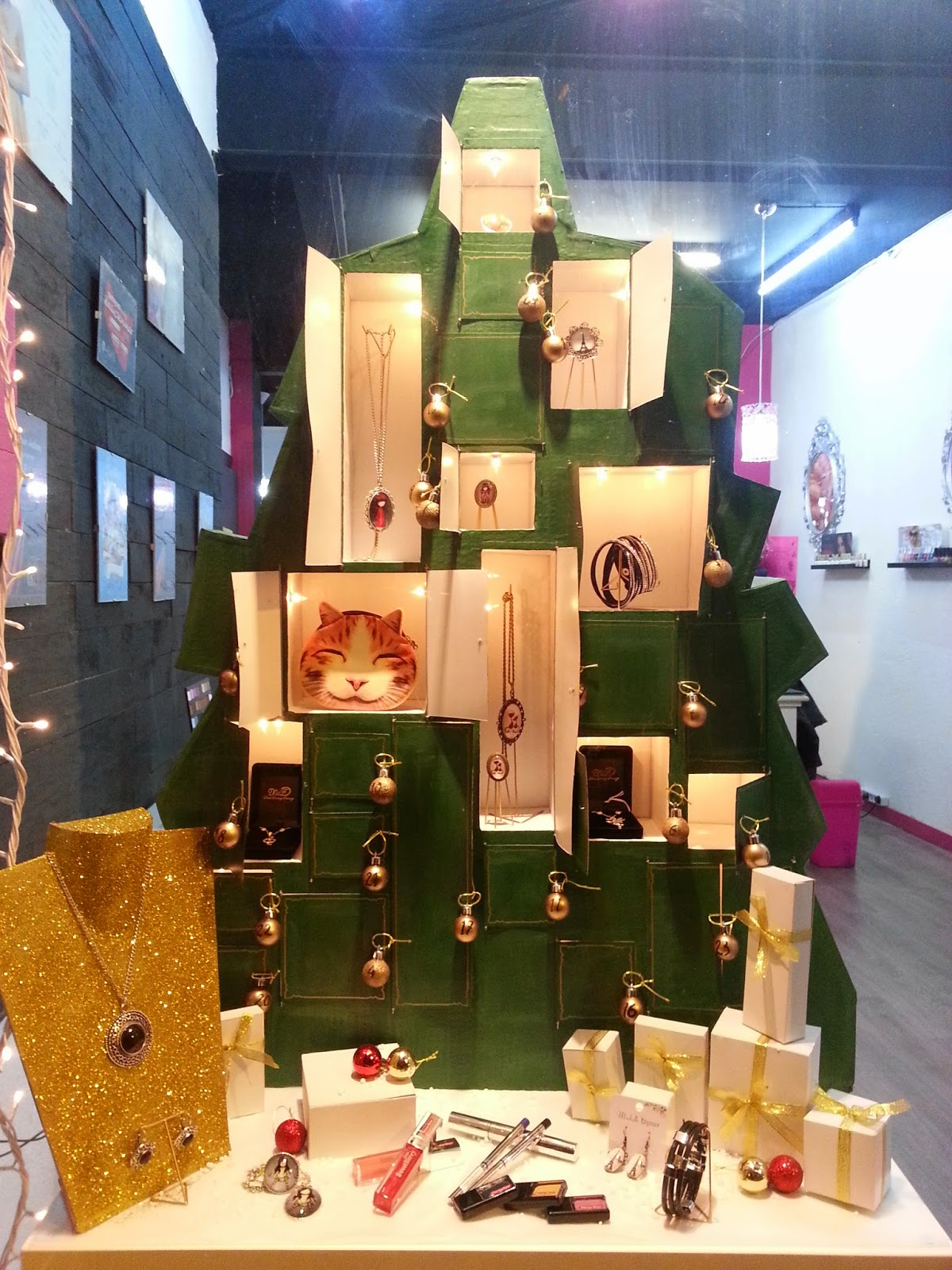 Escaparate de navidad árbol de adviento