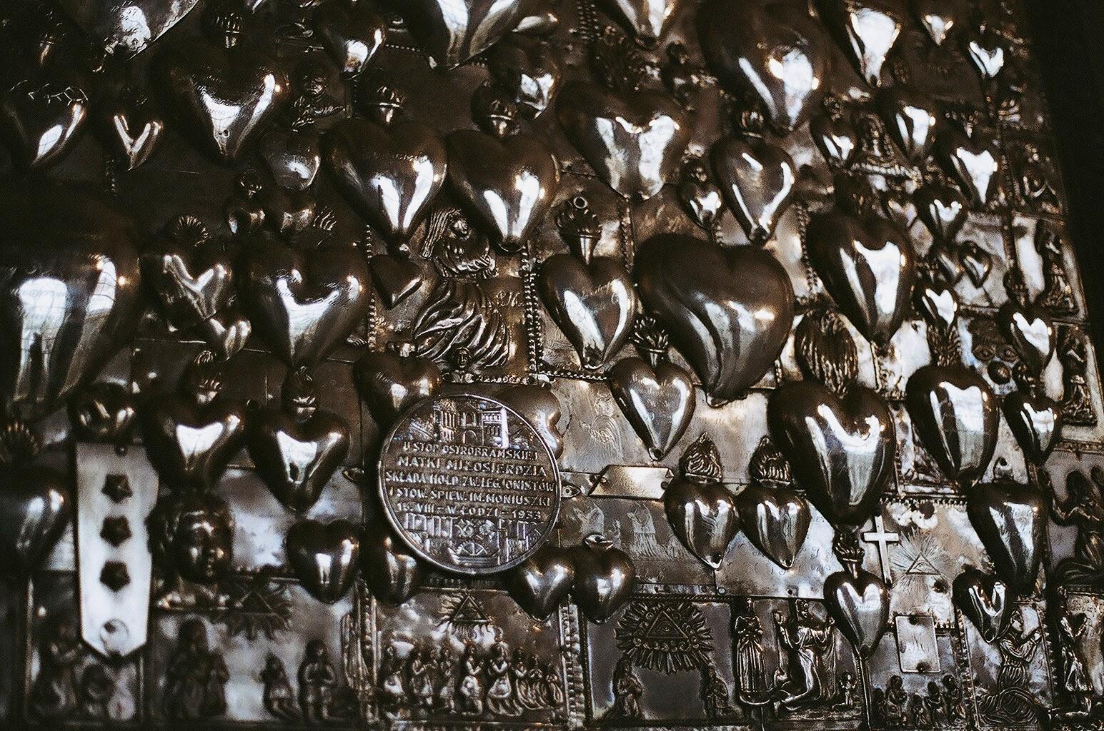Стена рядом с иконой Матери Божией Остробрамской