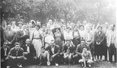 II Torneo Nacional de Ajedrez de La Pobla de Lillet 1956, jugadores y acompañantes en la ronda que se jugó en el Santuario de Santa María de Falgars