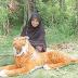 Kehadiran 'Harimau' Membuatkan Hasil Tanaman Wanita Ini Tidak Lagi Dirosakkan Kera