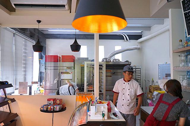 DSC06170 - 梧棲麵包店│從騎三輪車擺攤沿街叫賣到開店面的三輪車麵包坊