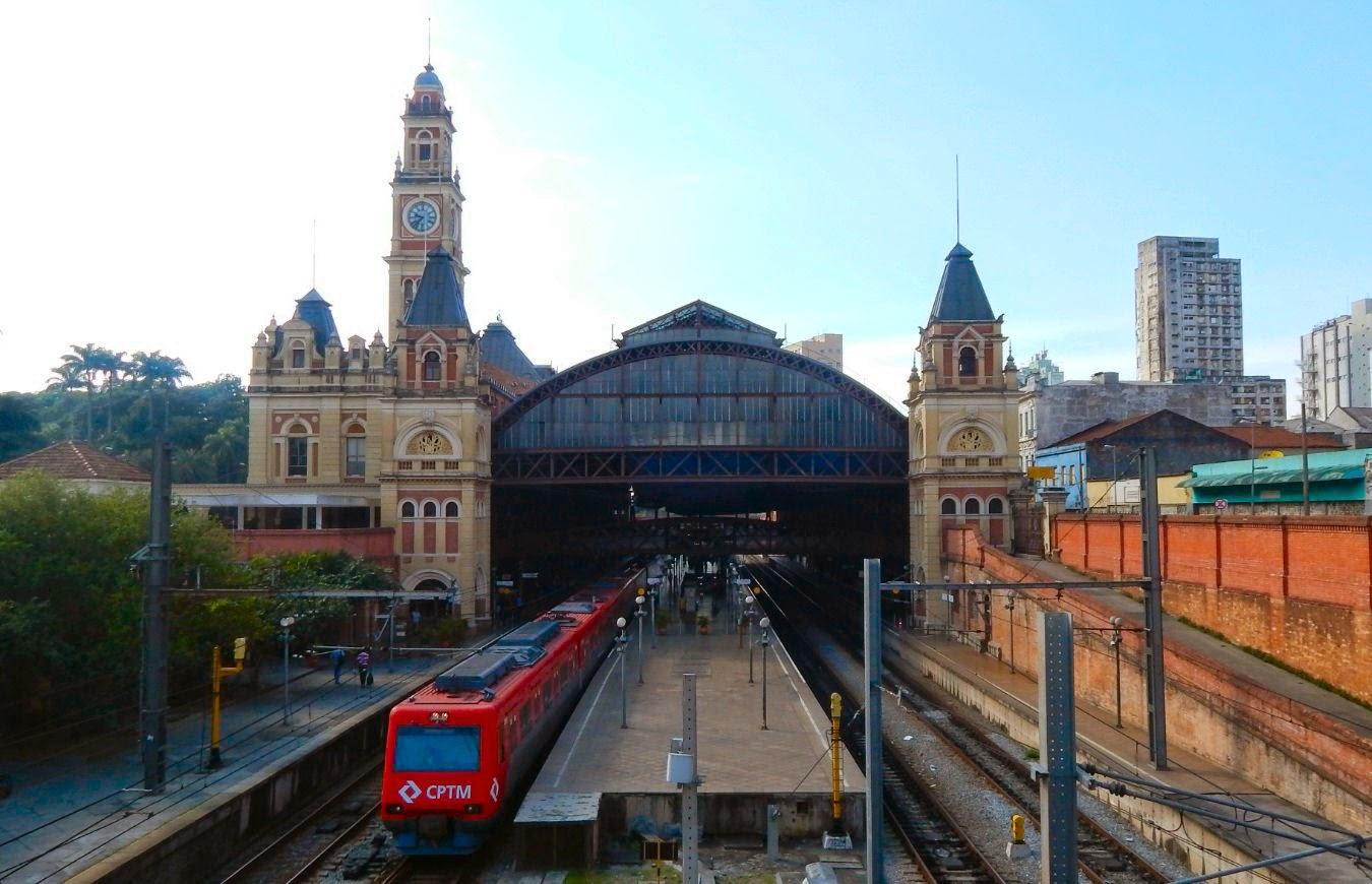 A histórica Estação da Luz em São Paulo é um importante polo intermodal de metrô e trem metropolitano.