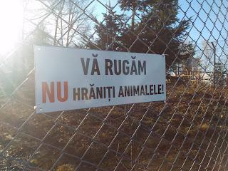 Unul din semnele de le grădina zoologică, acest semn era vizibil la fiecare gard unde erau animale care nu erau foarte periculoase... poza îmi aparţine