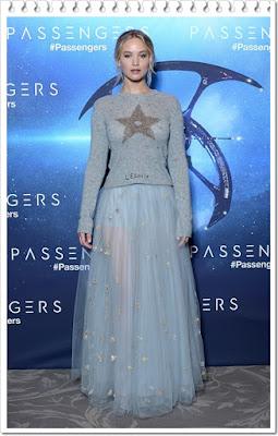 ジェニファー・ローレンス(Jennifer Lawrence)は、ディオール(Dior)のセーター,シアースカートを着用。