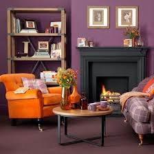 sala en naranja y violeta