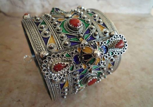 Le bijou porteur d'âme et d'histoire. Les bijoux de Kabylie sont connus pour leurs couleurs vives et leur raffinement.Ils sont appréciés par toute personne ayant eu la chance de les découvrir de se les procurer et de les porter. Ils donnent à la femme une beauté particulière et magique.