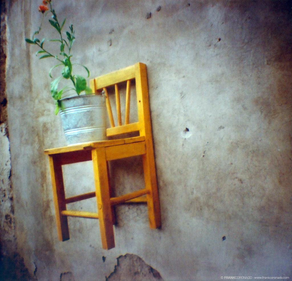 silla amarilla de madera