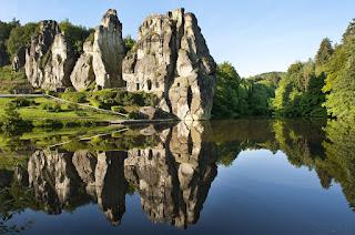 Die Externsteine spiegeln sich im See