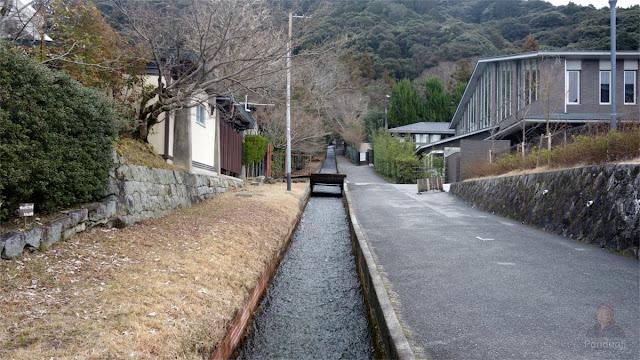 Selokan yang mengalir jernih di Jepang