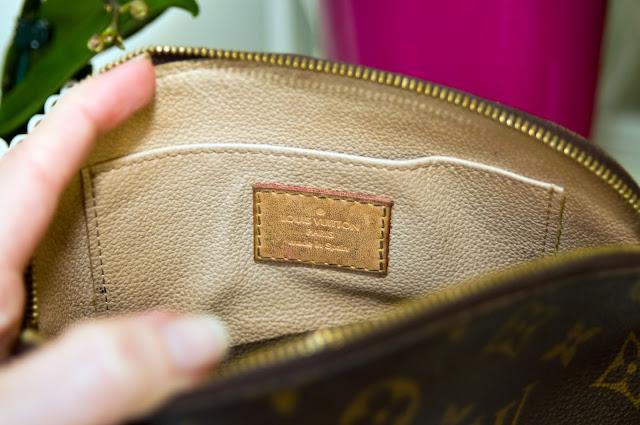 wnętrze kosmetyczki Louis Vuitton