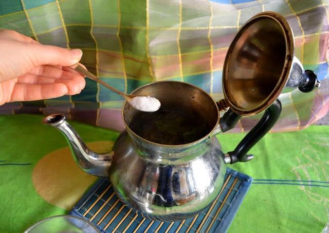 Do średniego czajniczka wsyp 3-5 łyżeczek lub kostek cukru