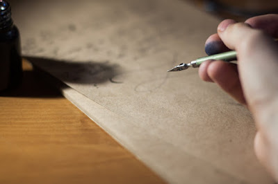 Escribiendo a mano con pluma