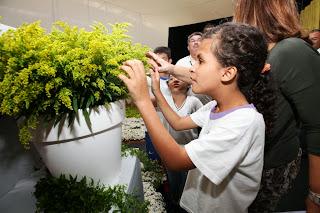 Ouvir para Enxergar: Deficiente visual aprecia com as mãos as plantas do Jardim Sensorial, montado na Ceasa Campinas, em abril