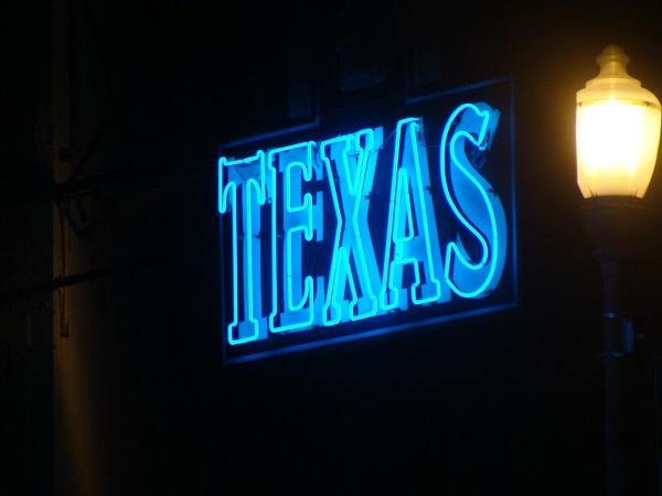 Leuchtreklame mit Aufschrift Texas im Billy Bob´s Honky Tonk in Fort Worth Texas