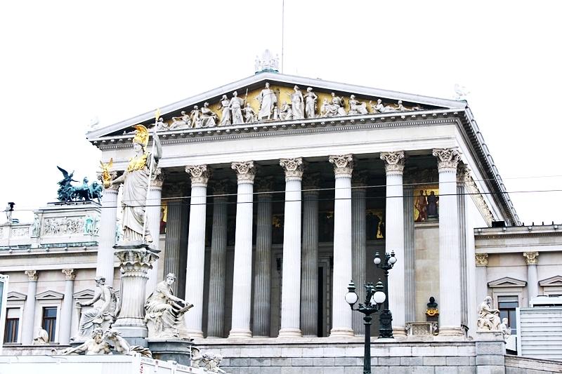 zgrada Austrijskog Parlamenta inspirisana stilom antičke Grčke sa statuom boginje Atine
