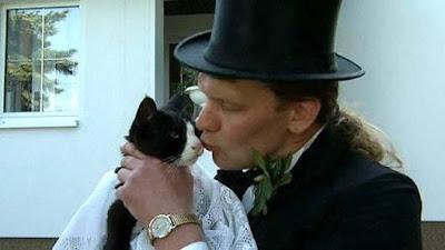 Uwe Mitzscherlich Mencium Kucing - Sekitar Dunia Unik
