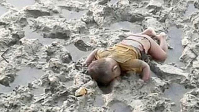 'Dunia Mesti Ambil Tahu Sekarang' – Bapa Kongsi Foto Jasad Anaknya Dengan Harapan Dunia Ambil Berat Tentang Nasib Rohingnya