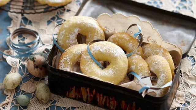 Lebanese semolina cookies in a box
