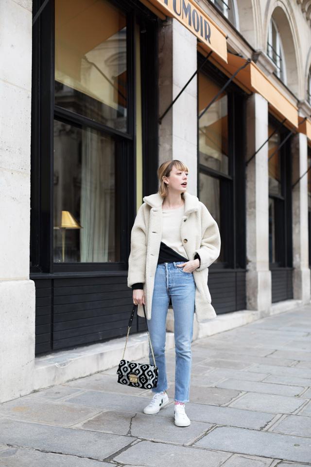 Bloggeuse pose devant un café parisien