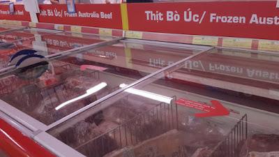 Thịt ngoại nhập được bày bán trong siêu thị.