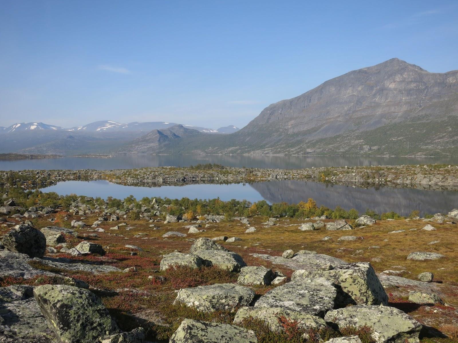 Ruskan sävyt alkoivat näkyä vaellusviikon loppupuolella, näkymä Akkajärvelle