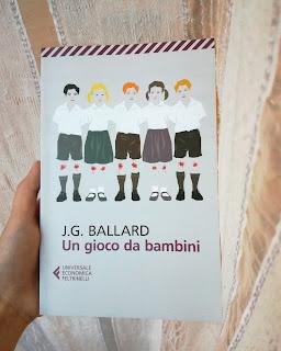 Un gioco da bambini Ballard copertina recensione felice con un libro