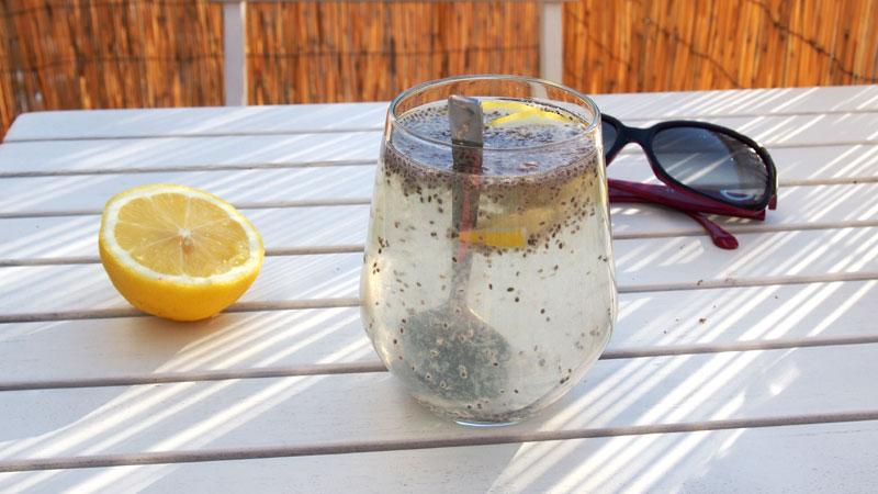 Chia vesi valmistuu vedestä, chian siemenistä ja sitruunan mehusta