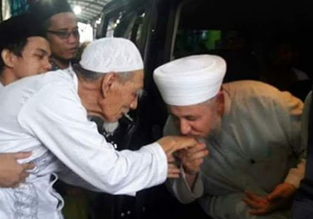 Syekh Mahmud Syahadah (Syam) , mencium tangan KH. Maimoen Zubair, saat pamitan