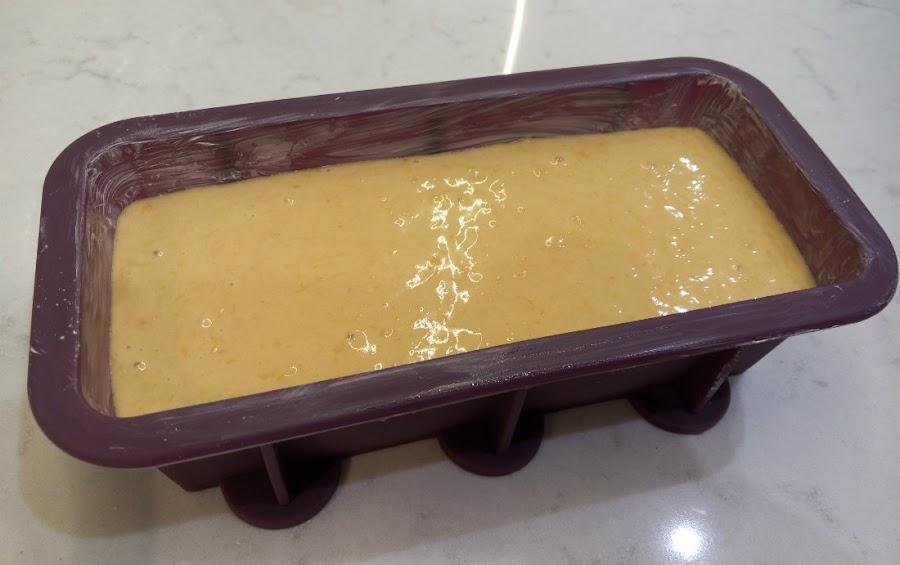 Verter crema en molde