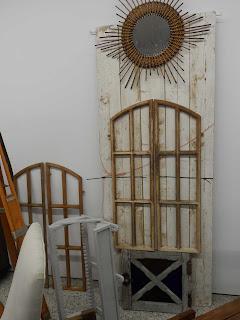 Composición de espejo y puertas en la feria de antiguedades de Burgos