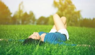 девушка лежит на травке природа релакс релаксация отдых