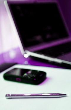fotografia de lapicero celular y laptop