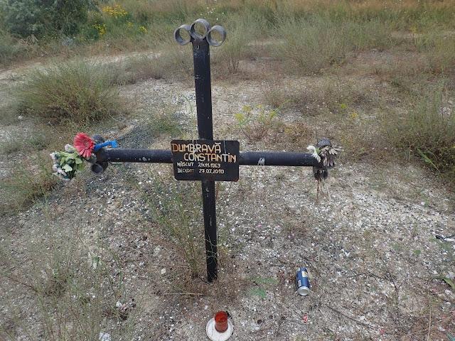 Jeden z grobów na plaży Corbu w Rumunii