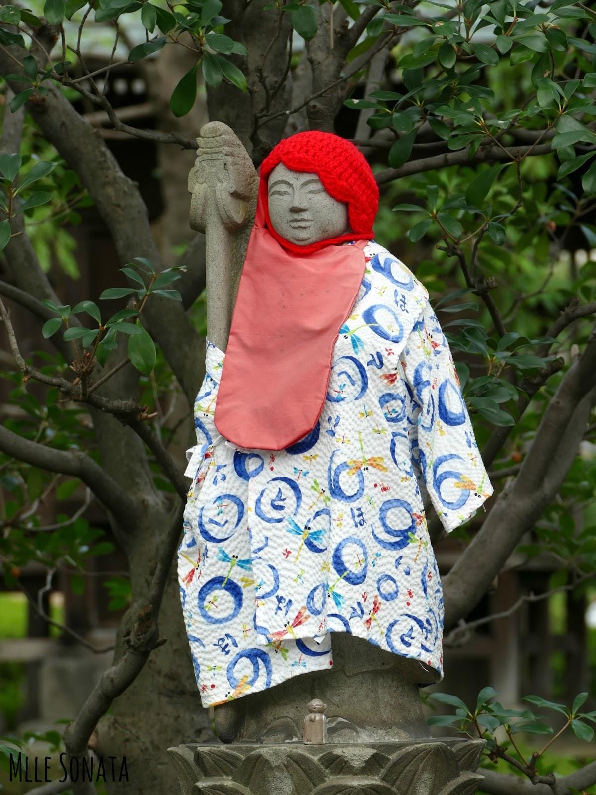 Statues de Jizō. Elles sont habillés par les parents afin de protéger les enfants.