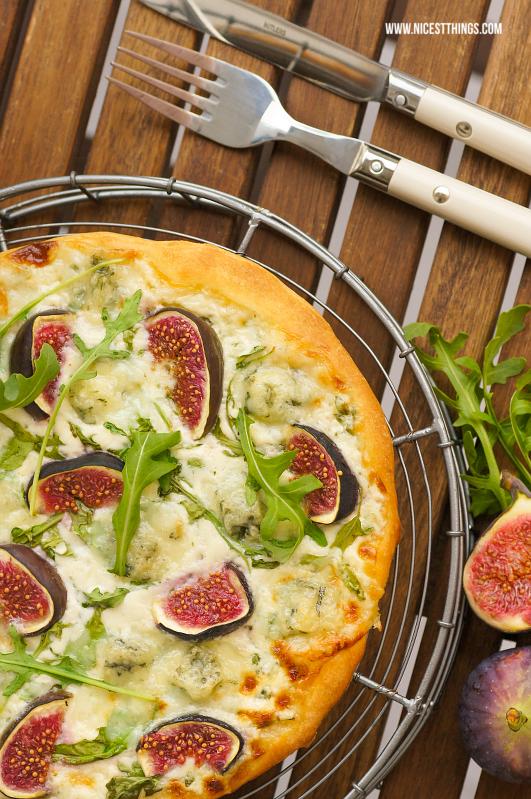 weiße Pizza mit Gorgonzola, Feigen und Rucola #weissepizza #whitepizza #pizzabianca #gorgonzola #feigen #herbstpizza