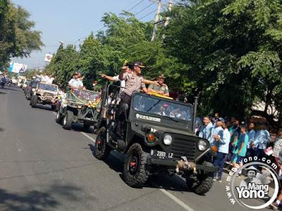 FOTO 2 : Kendaraan yang mengiringi ditumpangi oleh para jajaran Muspida kabupaten Subang, yaitu Ketua DPRD, Beni Rudiono, Kapolres Subang AKBP Yudhi SW, Dandim O605 Subang dan lain - lain.