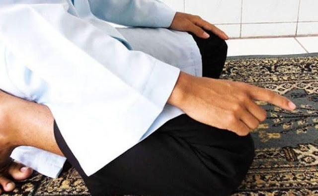 Mana yang Lebih Afdol, Mengangkat Telunjuk di Awal Tasyahud Atau Setelah Syahadat Tauhid?