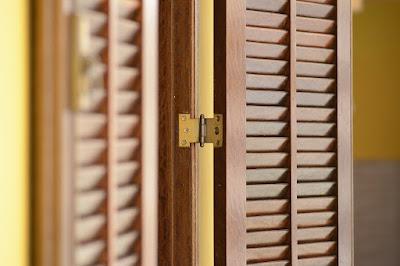 Τρόπος για να μην τρίζουν οι παλιές πόρτες και τα παράθυρα