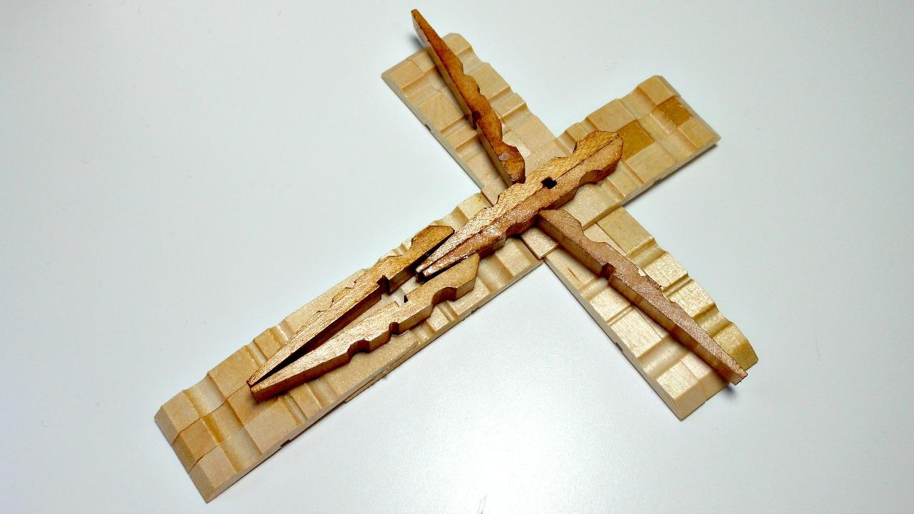Mundo party una cruz con pinzas de la ropa muy especial for Cosas con tarimas de madera