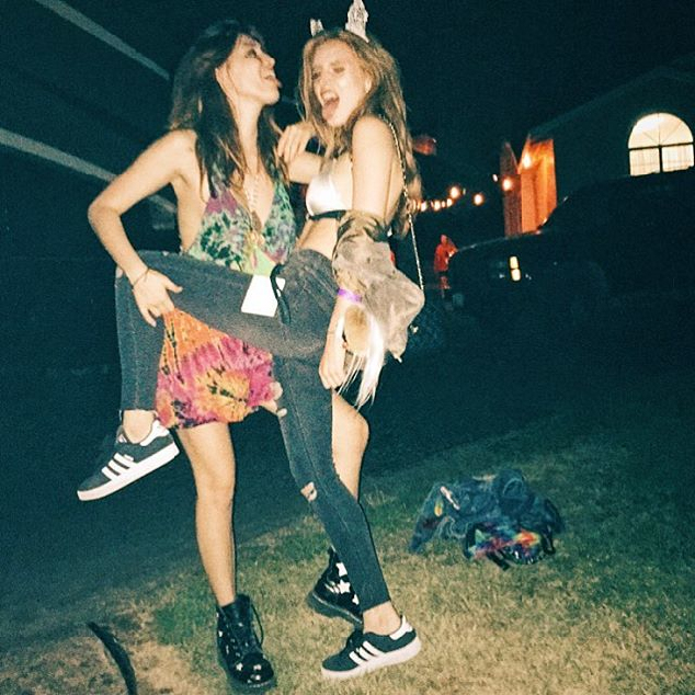 Bella Thorne where kisses the lips of another girl