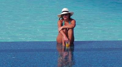 صور - ياسمين صبري بالبكيني الأزرق على الشاطئ تتسبب في الجدل