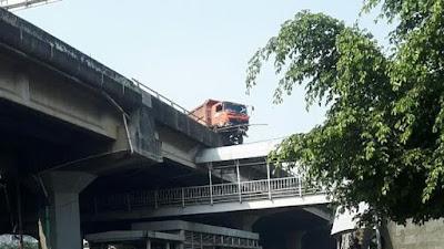 Truk sampah hampir jatuh di jembatan tol Wiyoto Wiyono.