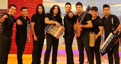 Foto de la banda La Noche con sus instrumentos