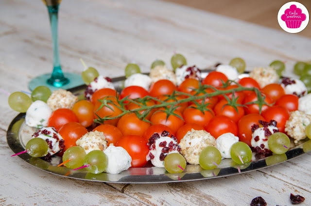 Brochettes de chèvre frais,ciboulette, noix ou cranberry,s accompagnées de tomates cerises, raisin