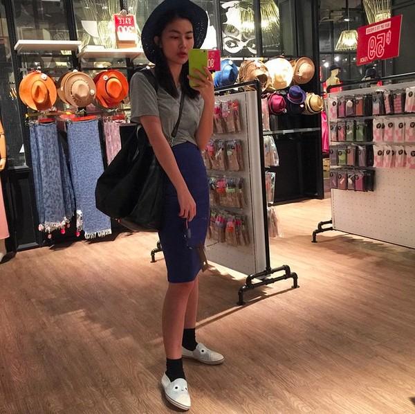 Xem mỹ nữ việt chọn giày Sneaker đế cao bắt cặp hoàn hảo cùng váy h25è